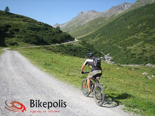 Ciclista en ruta con MTB